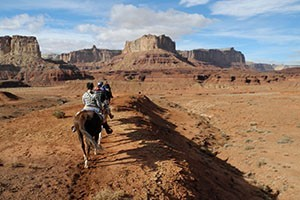 Hondoo Rivers & Trails :: Locally owned/operated Utah adventure outfitter offering horseback riding, hiking and jeep tours, with camping or inn lodging. Customized day or multi day trips available.